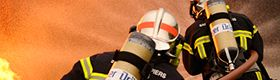 Intervention d'un pompier sur une citerne en flamme