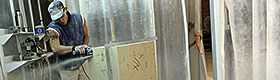 Taille de pierre dans une cabine avec aspiration verticale